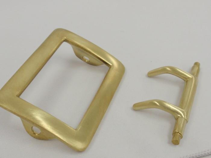 ロストワックス製法で滑らかでキレイな真鍮製のバックルを製作