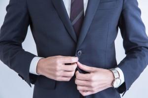 スーツのボタンで印象は変わる!ビジネスシーンで使えるボタンの紹介